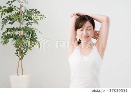 ストレッチをする女性、肩、肩甲骨、背中