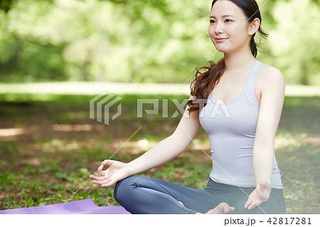 c0e7666064b87 女性 フィットネスジム · 女性 スポーツウェア ヨガ · 公園 ヨガ 女性